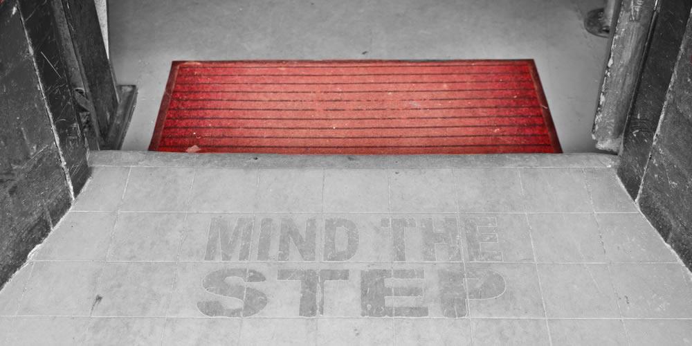 Header Pubs - Mind the Step ground